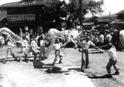 图为春节期间的舞龙活动。