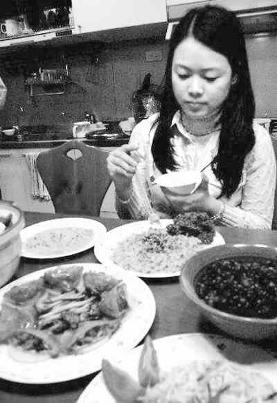 图为台湾民众准备丰富的年夜饭。